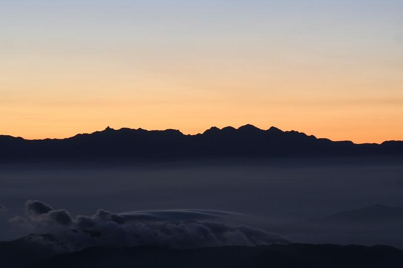 2007年夏 白山頂上より黎明の穂高連峰を望む